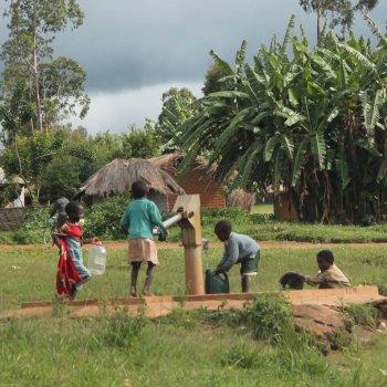 KlimaInvest Bild B_Brunnen in Malawi_zugeschnitten